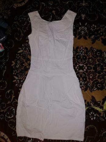 Продам белое приталенное платье S-XS
