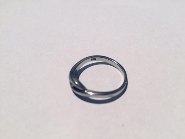 Srebrny pierścionek z cyrkonią, średnica 18 mm