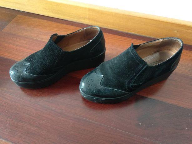 Sapatos pretos usados uma vez