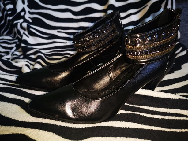 Skórzane buty na obcasie z paskiem ozdobnym wokół kostki