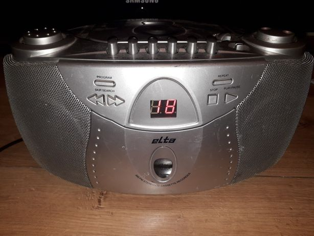 Mały radioodtwarzacz magnetofon z cd elta, sprawny.