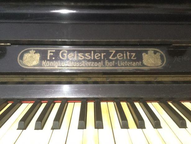 Пианино антикварное.