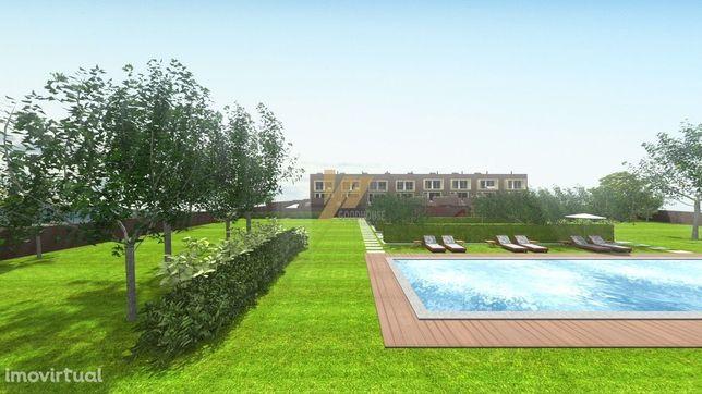 Moradia de três frentes com entrada independente e com piscina comum