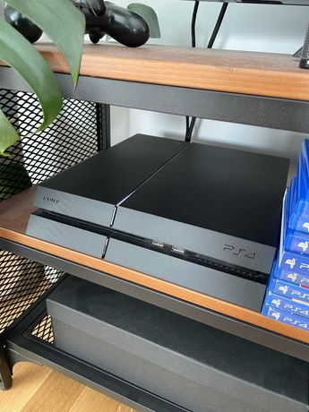 PlayStation 4 500gb + 2 pady + 9 Gier