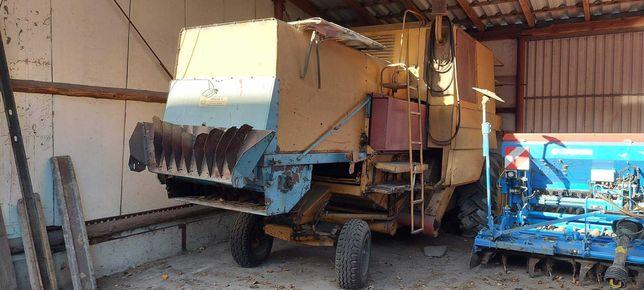 Kombajn zbożowy Bizon Z056 gotowy do pracy