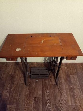 Стол с железным основанием