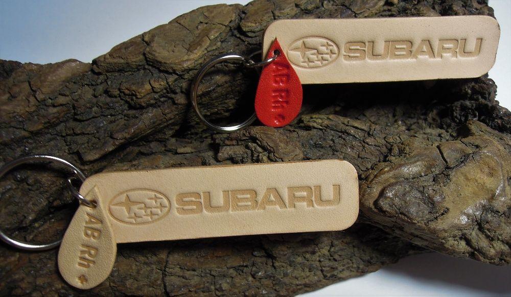 Brelok, breloczek Subaru z naturalnej skóry + grupa krwi