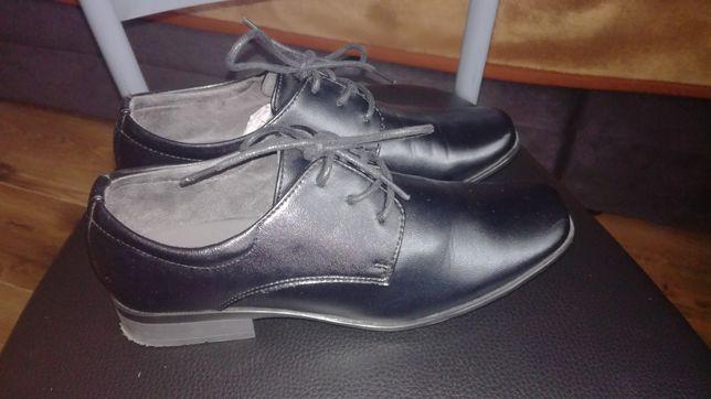 Eleganckie buty chłopięce na komunię