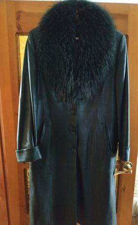 Продам кожаное пальто с меховым воротником
