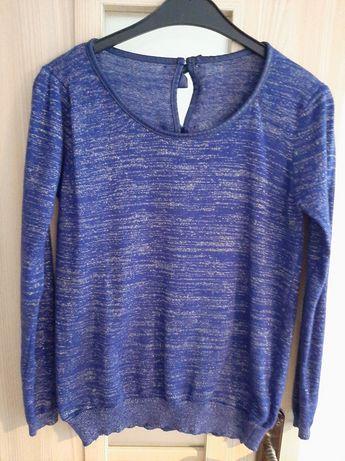 Granatowy sweter ze srebrną nitką.