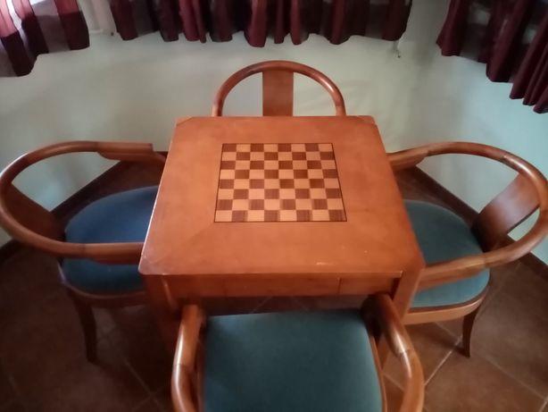 Mesa de jogo com 4 cadeiras