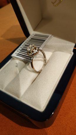 Продам новое кольцо из белого золота с фианитами 585° по цене ломбарда
