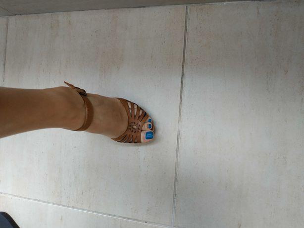 Sandálias camel em pele Aldo