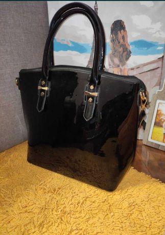 Чёрная лакированная сумочка.