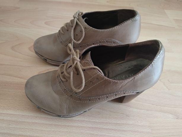 Botas cano alto em pele de qualidade e botins