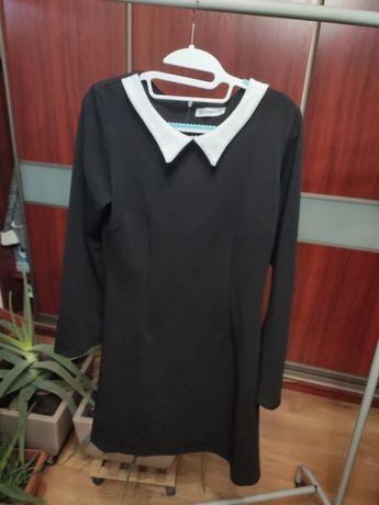 Czarna sukienka z białym kołnierzem