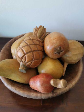 Frutos tropicais em madeira