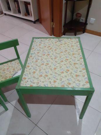 Mesa infantil e 2 cadeiras