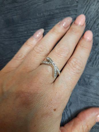 Продам кольцо с белого золота с брилиантами