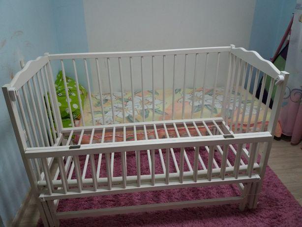 Біле дерев'яне ліжечко