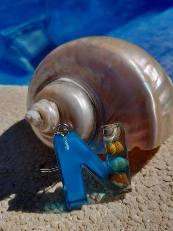 Porta chaves em resina c/ iniciais de nome e búzios do mar.