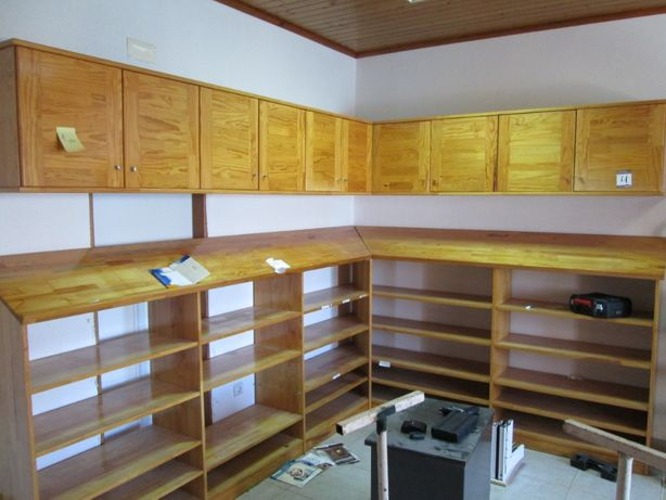 Móveis para escritório em madeira maciça envernizada.