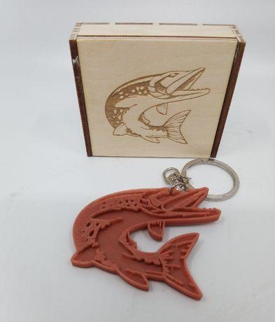 Brelok 3D szczupak zawieszka, prezent + drewniane pudełko