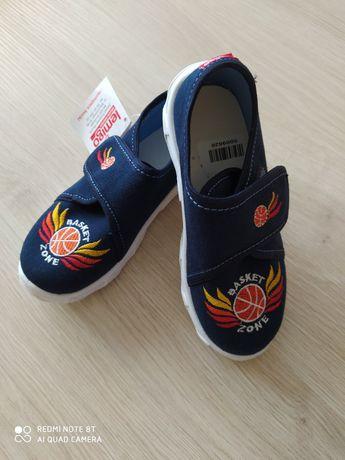 Nowe kapcie, buty chłopięce rozmiar 26