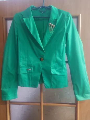 Зелёный пиджак с карманами