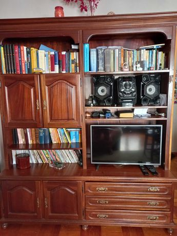 Móvel estante de sala em madeira escura