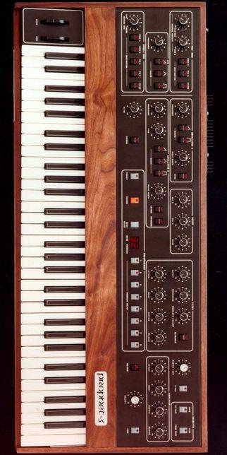Pianos Fender Rhodes, Wurlitzer e sintetizadores analógicos