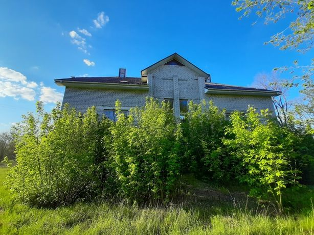 Великий будинок у Леськах у класичному стилі неподалік берега Дніпра.
