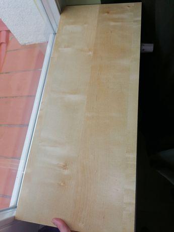 Półki z płyty, plastikowe wsporniki
