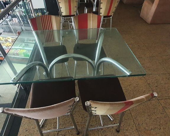 Mesa e cadeiras para cafetaria