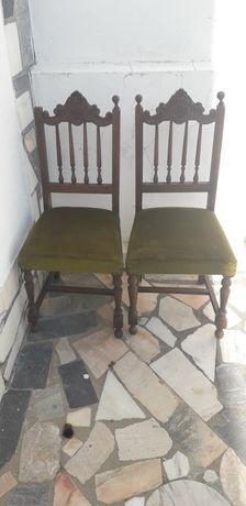 Duas cadeiras em bom estado,   com forro em tom escuro