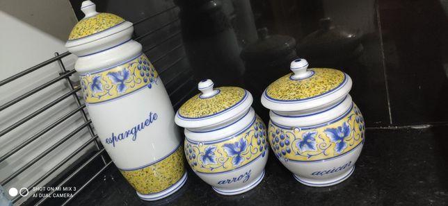 Três peças em cerâmica.