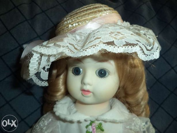 Boneca antiga de porcelana, muito delicada