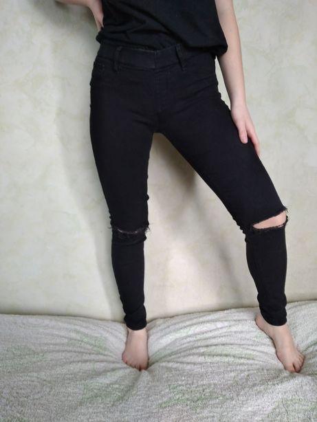 Джинсы чёрные рваные, с дырками на коленях