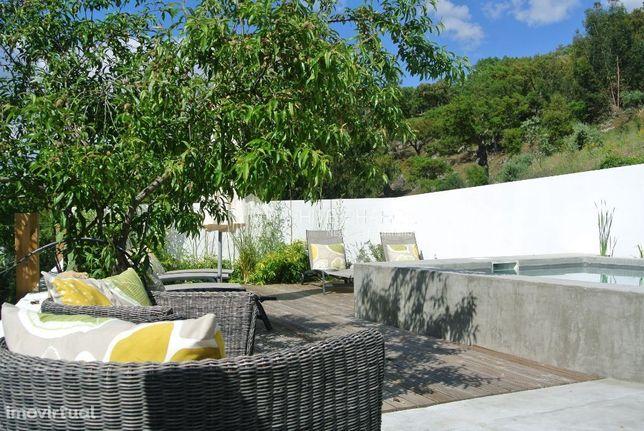 Moradia recuperada no Alentejo com dois pisos e piscina.