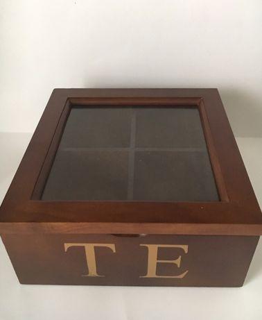 Caixa para guardar chás, em madeira e vidro, com quatro divisórias.