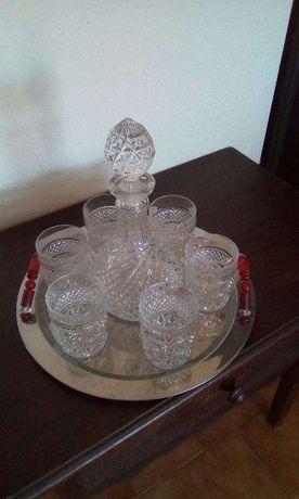 Garrafa e copos de cristal da boemia