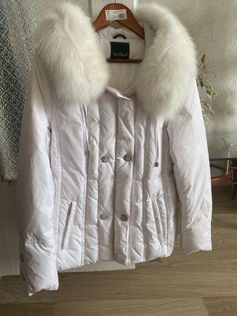Продам зимнюю куртку с капюшоном