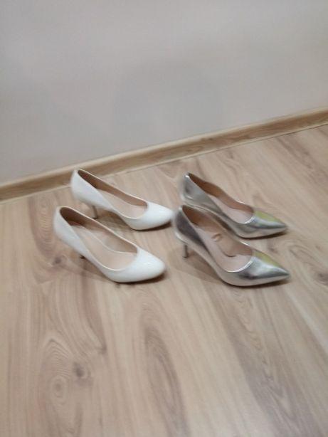 Dwie pary butów.