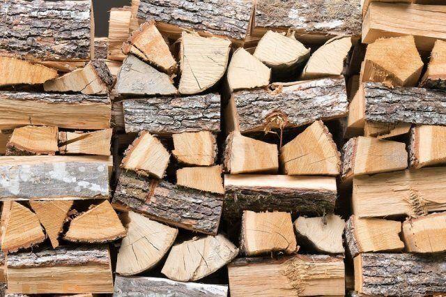 сухие дрова, дрова на палетах. Дрова для печей, каминов, барбекю, печь