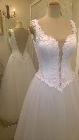 suknia ślubna biała gorsetowana z koronką i odkrytymi plecami