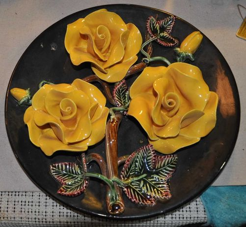 Prato em loiça das Caldas - rosas amarelas - marca ilegível