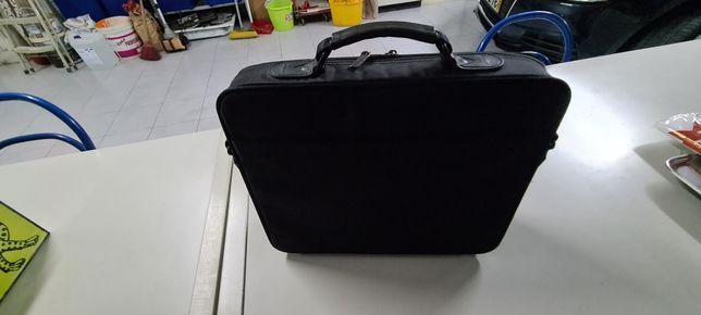 Pasta de portatil marca Toshiba com varias bolsas.