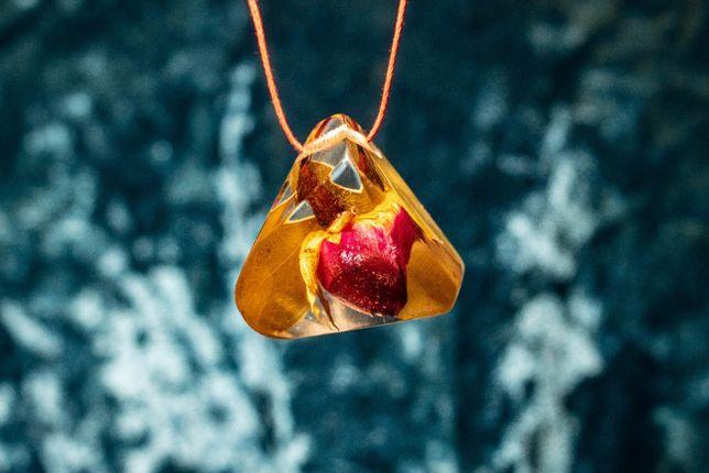 Wisiorek, naszyjnik, zawieszka pąk róży w żywicy, handmade