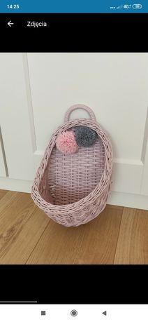 Koszyk wiklinowy na ścianę różowy