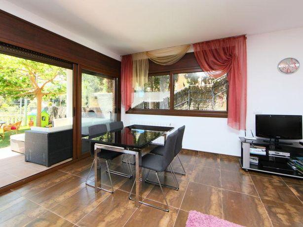 Дом расположен в тихой урбанизации Серра Брава, 10 минут езды до пляжа